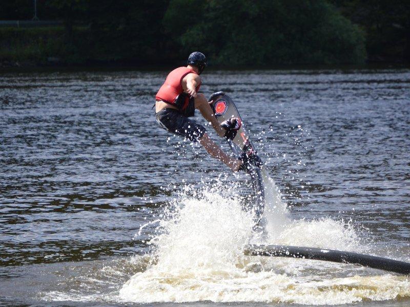 Let nad hladinou s hoverboardem připojeným ke skútru