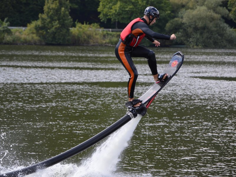 Let nad hladinou s hoverboardem