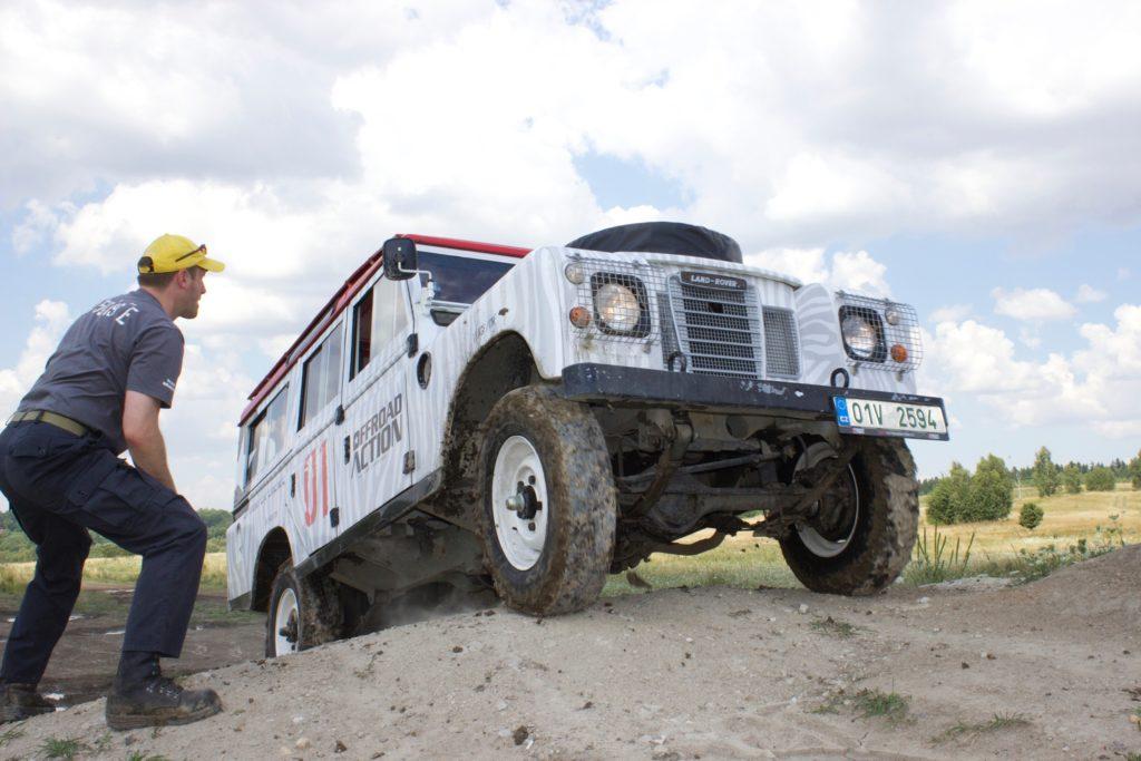 Prudké stoupání s Land Roverem
