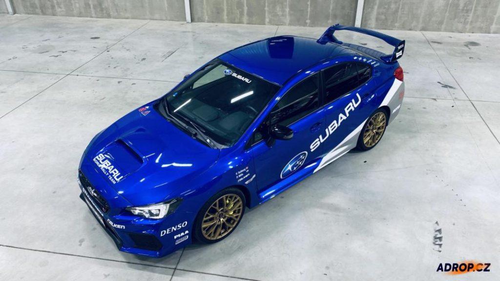 Modré Subaru Impreza WRX STI připravené k jízdě v Praze