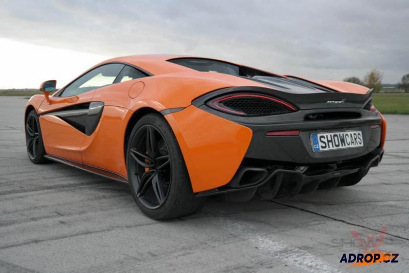 Záď McLarenu 570S na letišti
