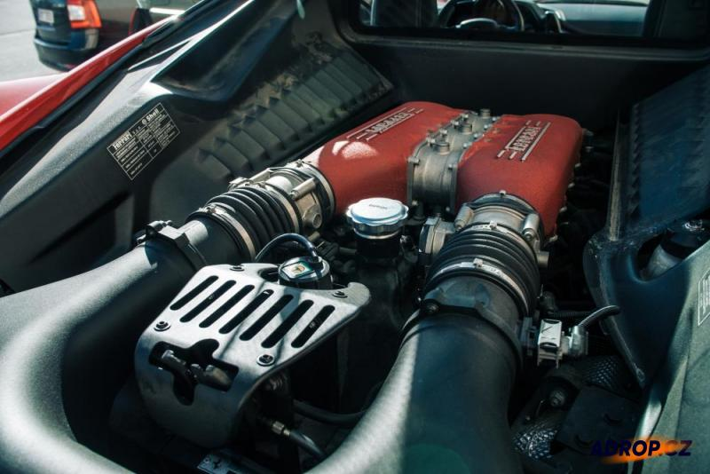 Motor Ferrari 458 Italia připravený k jízdě