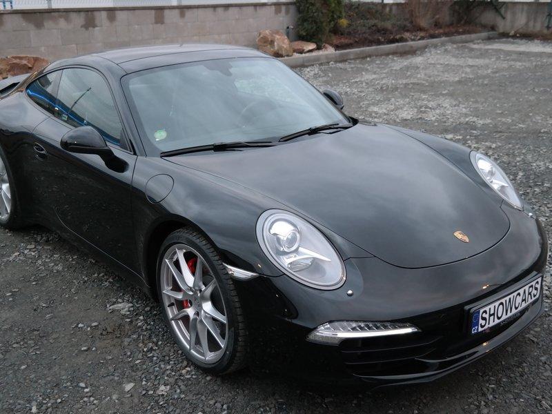 Krásné černé Porsche 911 Carrera
