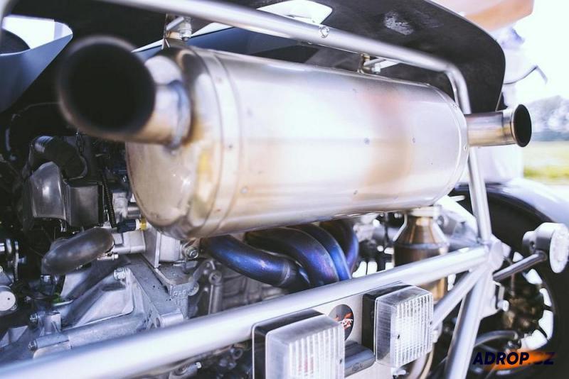 Motor arielu Atom na závodním okruhu