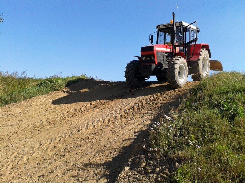 jízda na poli v traktoru Zetor 12245
