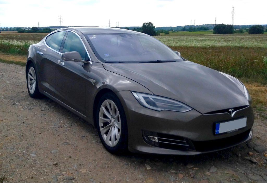 Elektromobil Tesla připravený k jízdě