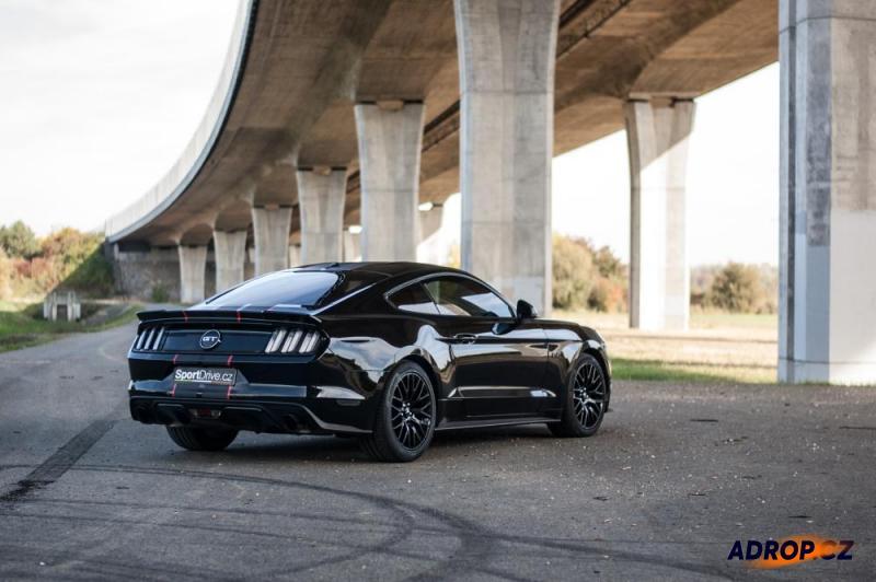 Pohled na zaparkovaný Mustang pod mostem