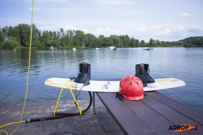 Wakeboardingové vybavení k zapůjčení vyfocené u vodní hladiny