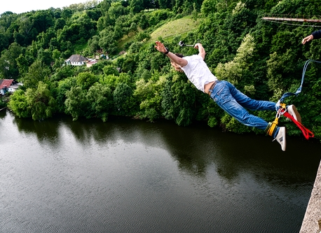 Bungee jump do houpačky z mostu ve Zvíkově