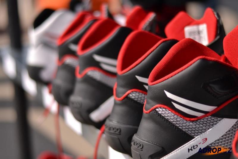 Závodní boty na okruhu pro jízdu ve formuli