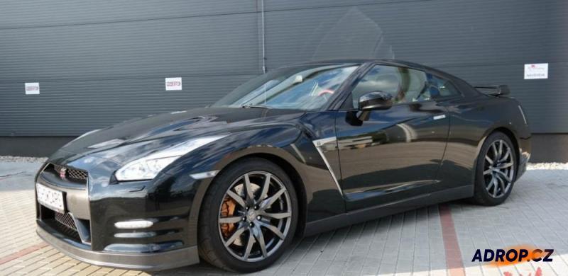 Jízda v černém Nissanu GTR