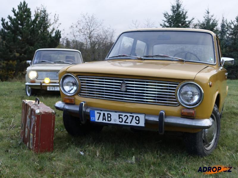 Jízda probíhá v jednom z vozů Lada 1200, VAZ lidově Žiguli roku výroby 1978 a 1980