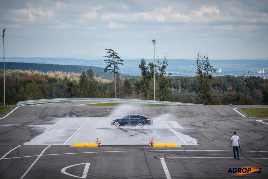 Ford ve smyku na kurzu driftování Brno