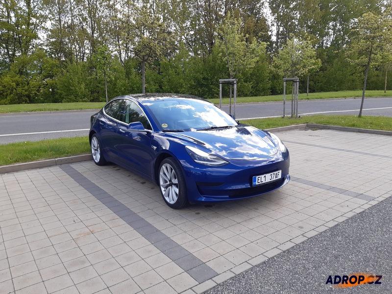 Zážitková jízda v modrém elektromobilu Tesla model 3