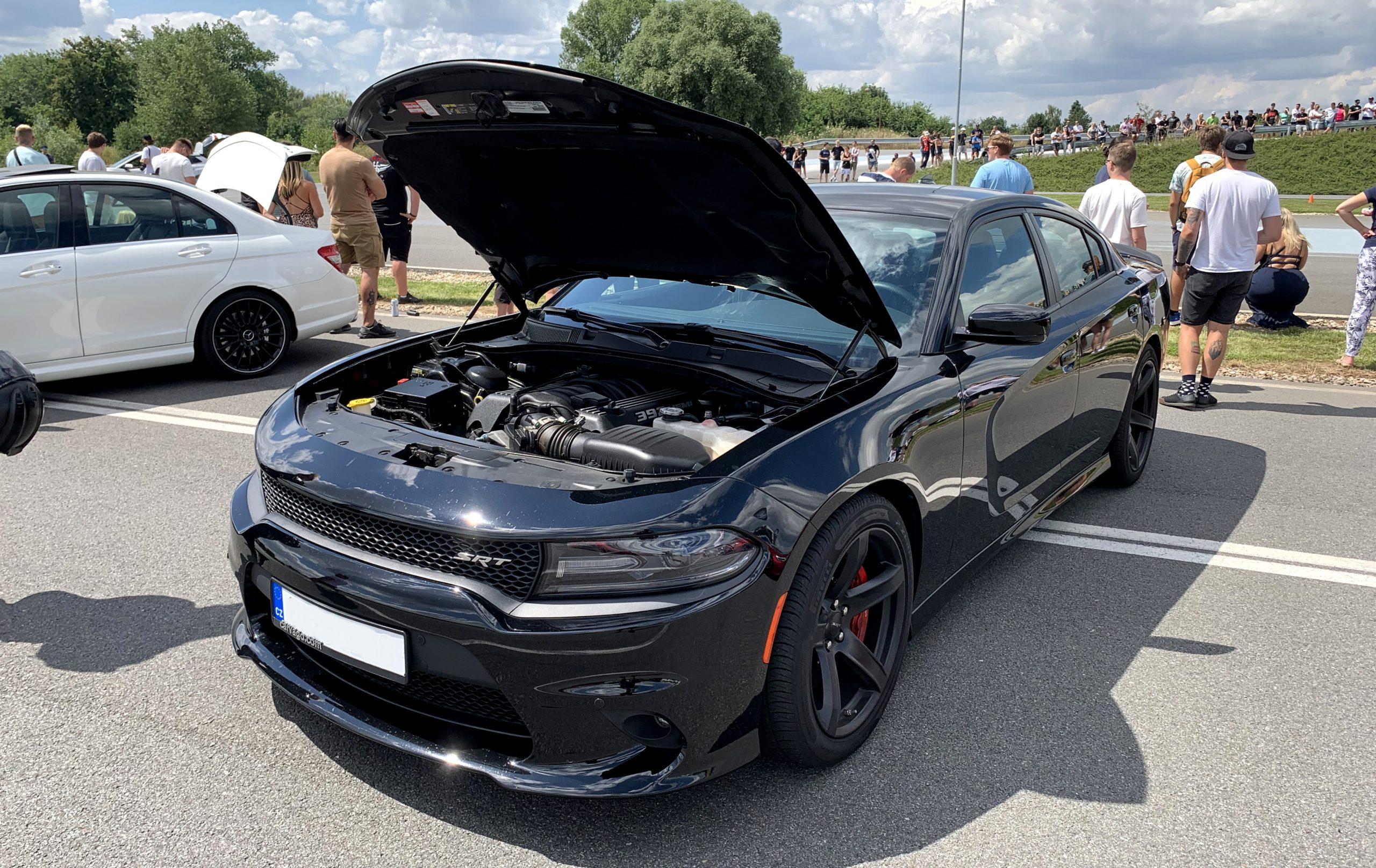 Černý Dodge Charger SRT
