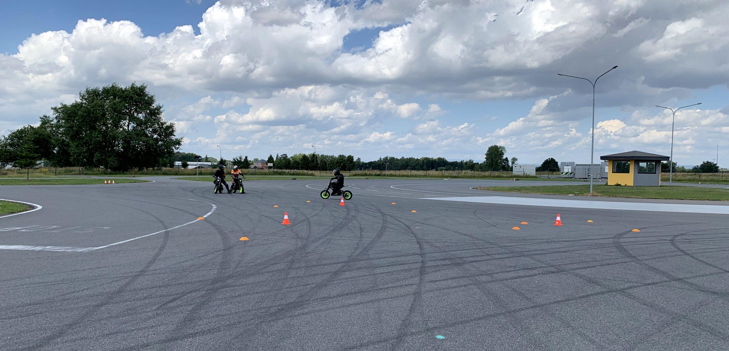Elektrické motorky od Pitlandu na polygonu