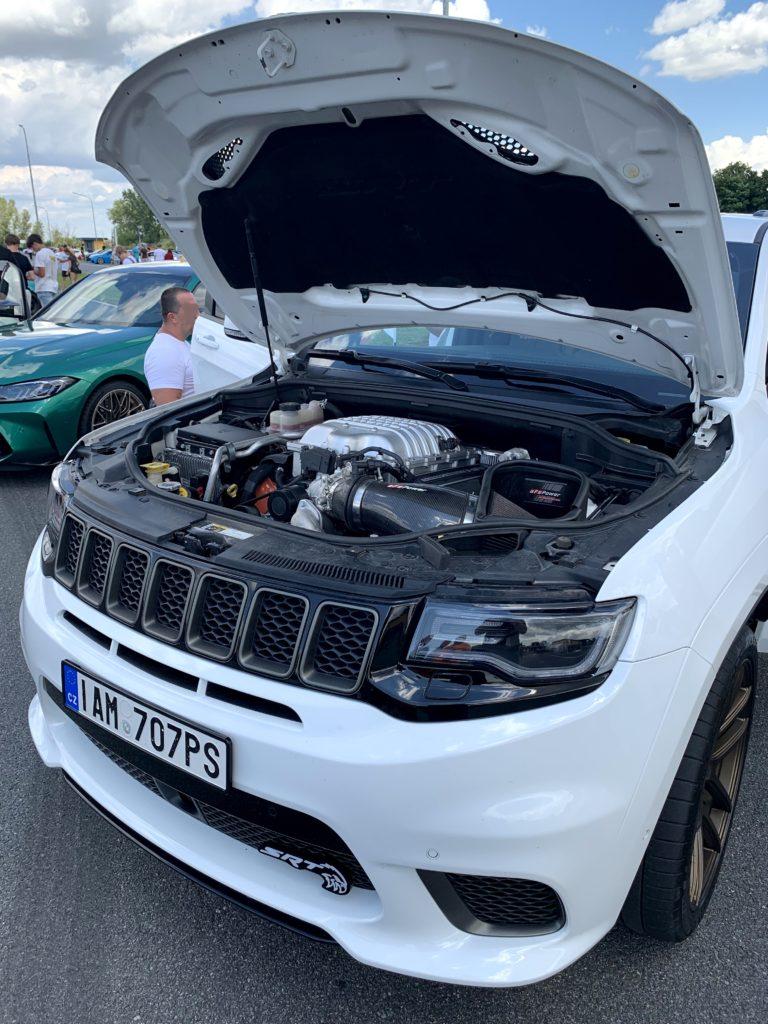 Motor bílého Jeepu Grand Cherokee Trackhawk