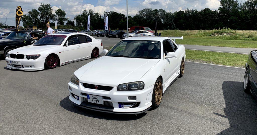 Bílý Nissan Skyline R34 GT-R